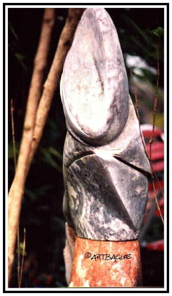Sculpture-marbre-gris-et-rouge